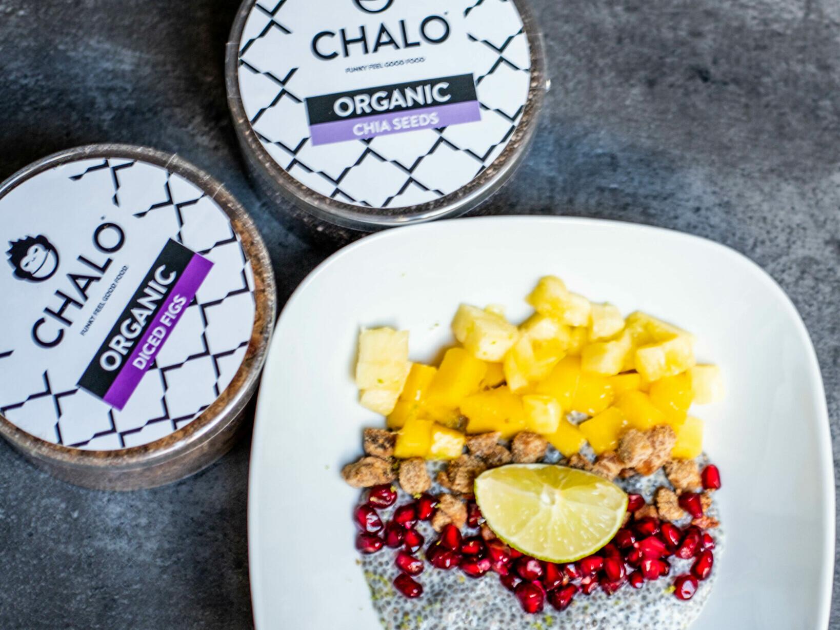 Pudín de Chalo Chia con higos picados, mango fresco y piña.